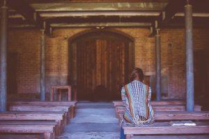 Jonge vrouw in kapel