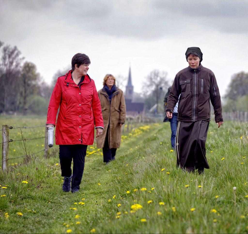 Zuster Johanna en commissaris van de koning Ina Adema wandelen deel van het kloosterpad