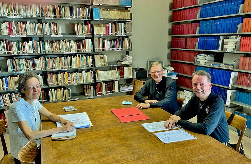 pater Mark-Robin Hoogland met Mgr Hendriks en mevrouw Duquenne in Rome